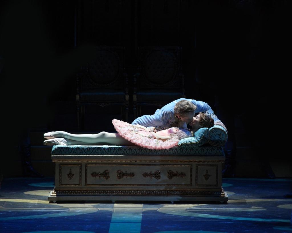 дырка крупным планом спящей красавицы