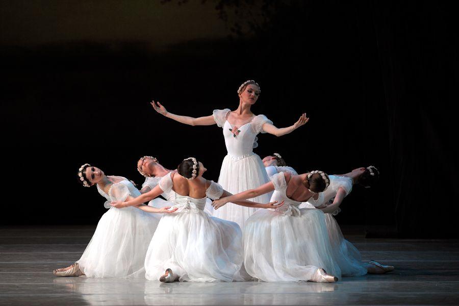 Балет Фокина Шопениана Сильфиды chopiniana les sylphides   сбегались наверх под сень романтической декорации и замирая в исходной группе вписывались в неподвижный фон пишет о балете В Красовская